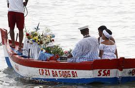 Barco de Yemanjá levando os pedidos dos filhos