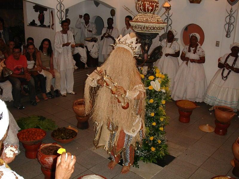decoracao festa xango:Omulú dança o opanijé em sua festa anual em 16 de Agosto